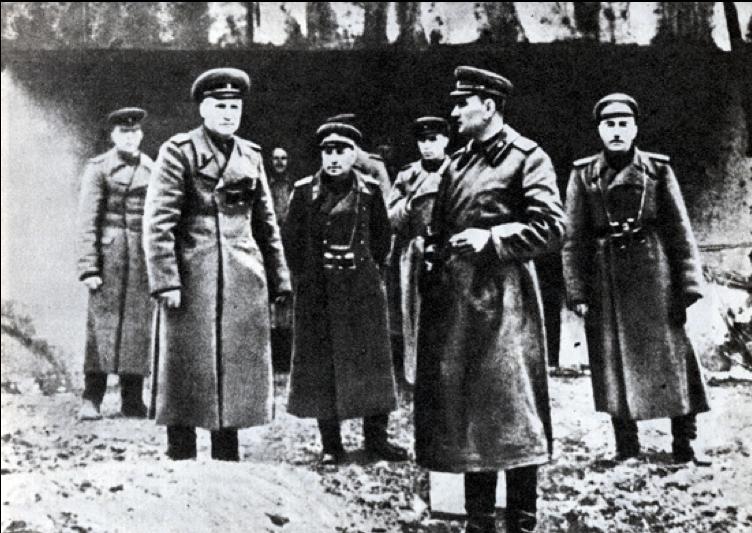 Veliteľ 1.gardovej armády A.A.Grečko (druhý z ľava). Karpaty, október 1944