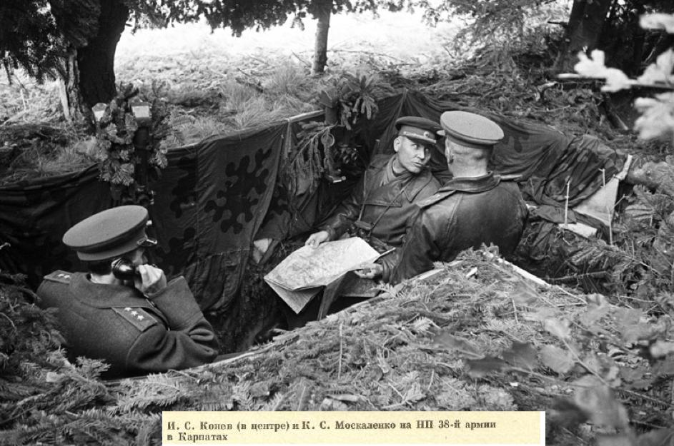 I. S. Konev a K. S. Moskalenko v zákope, Karpaty 1944